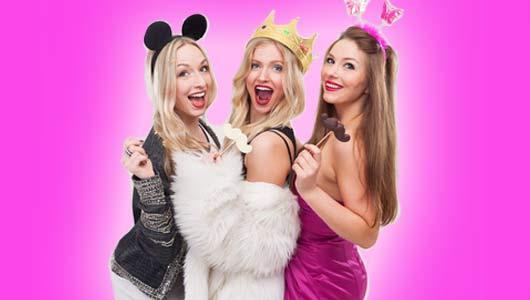 Verkleidete Frauen feiern den Junggesellinnenabschied