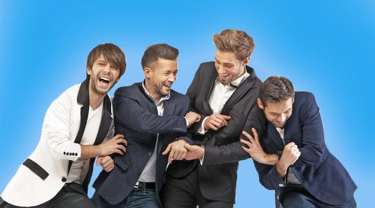 Vier Männer feiern den Junggesellenabschied