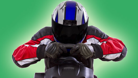 Junggeselle in Motorrad-Kleidung
